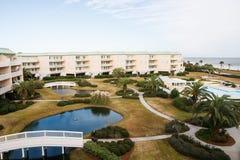 Propiedad horizontal costera agradable con el patio, las piscinas y el puente ajardinados Foto de archivo