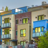 Propiedades horizontales coloridas en fila en el cuadrado de Park City foto de archivo libre de regalías