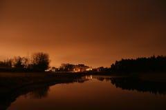 Propiedades inmobiliarias cerca del agua en la puesta del sol Imágenes de archivo libres de regalías