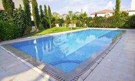 Propiedades inmobiliarias costosas de la piscina del jardín Imagen de archivo