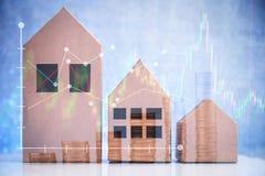 Propiedades inmobiliarias en el top de la pila del dinero de la moneda casa, edificio, hom Foto de archivo libre de regalías