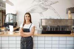 Propietario de negocio Concept - retrato del café del barista caucásico hermoso joven atractivo feliz en el delantal que sonríe e foto de archivo