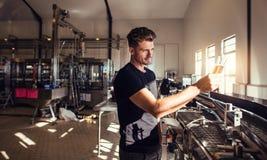 Propietario de negocio de la cervecería que prueba la cerveza fotos de archivo