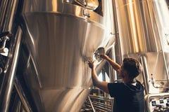 Propietario de negocio de la cervecería que prueba la cerveza imagen de archivo libre de regalías