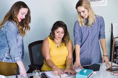 Propietario de negocio milenario de sexo femenino con el equipo fotos de archivo