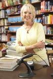 Propietario de sexo femenino de la librería Fotografía de archivo libre de regalías