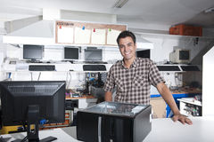 Propietario feliz de un almacén de la reparación del ordenador Imagen de archivo libre de regalías
