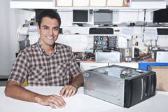 Propietario feliz de un almacén de la reparación del ordenador Fotografía de archivo libre de regalías
