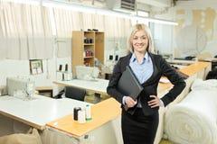 Propietario femenino de una pequeña empresa dentro de una fábrica Imagenes de archivo