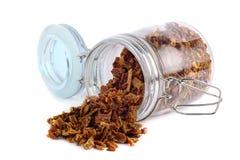 Propolis οι κόκκοι είναι διεσπαρμένοι από ένα βάζο γυαλιού Κόλλα μελισσών Apitherapy Στοκ Φωτογραφίες