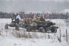 Proponen al equipo femenino de un arma antiaéreo para la posición Episodio de la reconstrucción histórica militar de la batería Foto de archivo libre de regalías