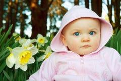 Proponendo con il Daffodil Fotografie Stock Libere da Diritti