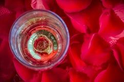 Proposition avec l'anneau en verre de champagne Image stock