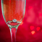Proposition avec l'anneau en verre de champagne Images libres de droits