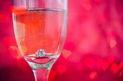 Proposition avec l'anneau en verre de champagne Photo stock