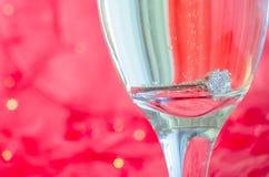 Proposition avec l'anneau en verre de champagne Photo libre de droits