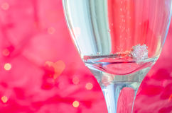 Proposition avec l'anneau en verre de champagne Images stock