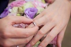 Proposition avec les anneaux d'or Photo libre de droits