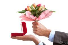 Proposition de mariage avec l'anneau et les fleurs Photographie stock