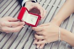 Proposition de mariage avec la bague à diamant Image stock
