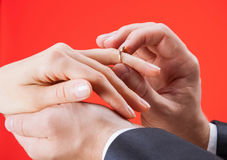 Proposition de mariage : homme mettant la bague de fiançailles sur un doigt de Photo libre de droits