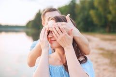 Proposition de mariage sur le coucher du soleil le jeune homme fait une proposition des fiançailles à son amie sur la plage Photo stock