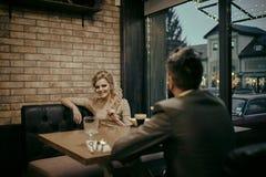 Proposition et anniversaire Réunion d'affaires de l'homme et de femme Jour de valentines avec la femme sexy et l'homme barbu Coup photo stock