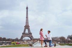 Proposition romantique à Paris, engagement photographie stock