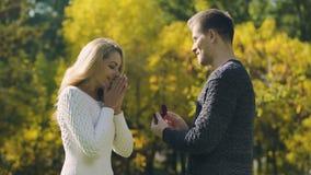 Proposta da surpresa no parque do outono, a mulher disse sim, pares entusiasmados, acoplamento vídeos de arquivo