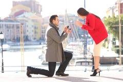 A proposta de pedir do homem casa-se a sua amiga fotografia de stock royalty free