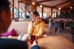 Proposta de união com aliança de casamento no restaurante fotografia de stock