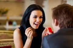 A proposta de união, homem dá o anel a sua menina Imagem de Stock Royalty Free