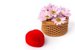 Proposta di matrimonio con la scatola del cuore degli anelli di oro in rosso Immagine Stock