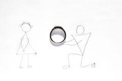 Proposta di nozze - uomo su un ginocchio che dà anello ad una donna Fotografia Stock