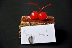 Proposta di unione con la torta e l'anello Fotografia Stock