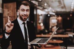 proposta Vestito di affari Computer portatile siedasi brainstorm fotografia stock libera da diritti