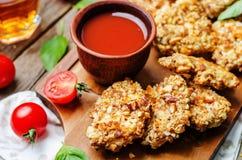 Propostas encrustadas da galinha da amêndoa com molho de tomate imagem de stock royalty free
