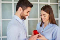 Propozycja mężczyzna pyta poślubia jego dziewczyna Zdjęcie Stock