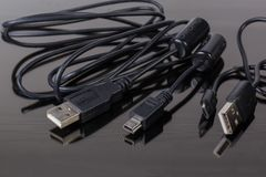 Proppar USB, mikro-USB och kortkort-USB på kabelkanter arkivbilder