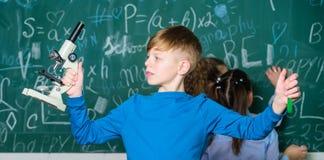 Propre recherche Explorez les mol?cules biologiques Futur concept de technologie et de science Microscope de prise de garçon et t photographie stock