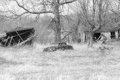 Propriété abandonnée avec la voiture et les bâtiments Photo stock