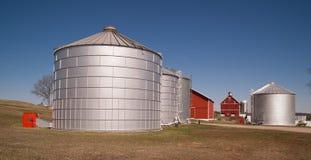 Propriété agricole de silo de nourriture de ferme de poubelles de stockage de grain Photographie stock libre de droits