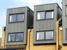 Propriétés en terrasse modernes avec des extérieurs de brique et en métal photographie stock