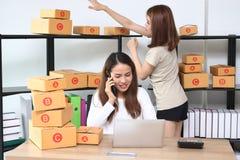 Propriétaire asiatique d'entrepreneur d'adolescent travaillant ensemble sur le lieu de travail à la maison Créez la petite entrep photos stock