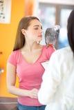 Propriétaire cheking son perroquet malade dans la clinique de vétérinaire Images stock