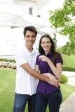Propriétaire d'une maison : Couples achetant une nouvelle maison image libre de droits