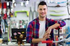 Propriétaire de boutique dans l'atelier de bicyclette Images stock