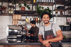 Propriétaire de café masculin se tenant au compteur photo stock