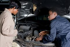 Propriétaire de mécanicien et de voiture Photo libre de droits