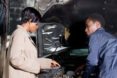 Propriétaire de mécanicien et de voiture Photos libres de droits
